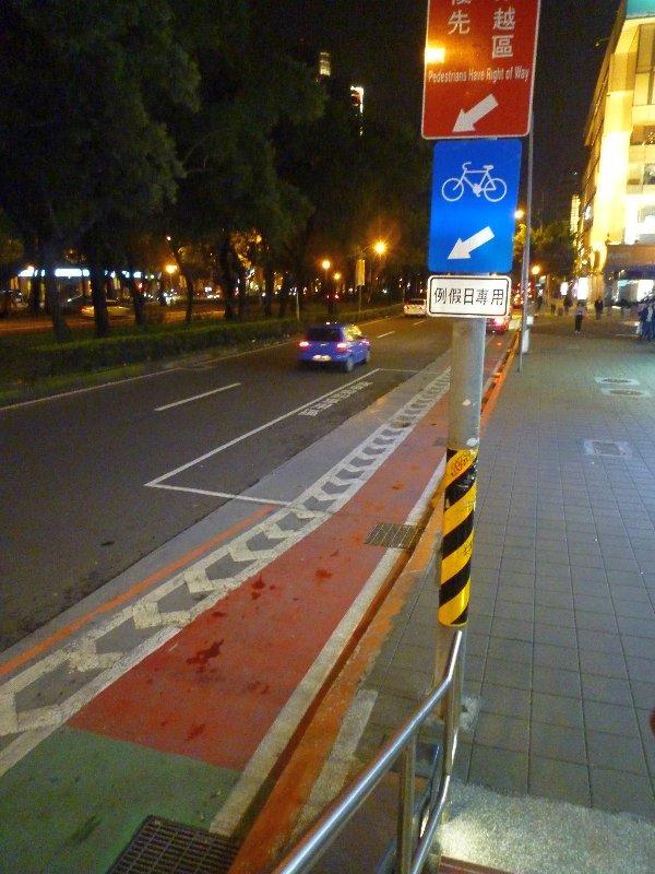 鬧巿馬路上的單車線,用顏色標示。