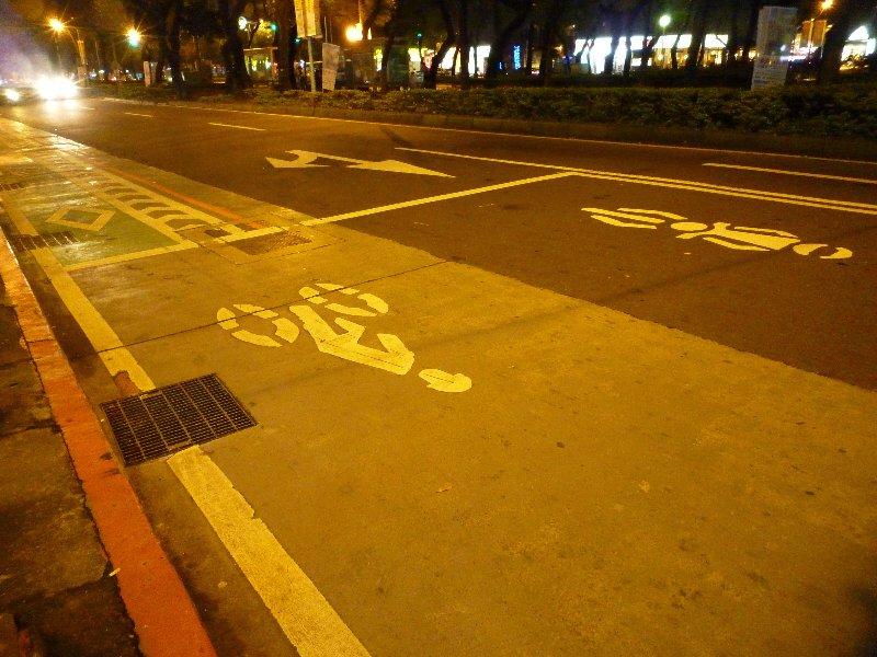 交通燈前設有單車及電單車的等候區,單車不用在汽車之後吸廢氣。
