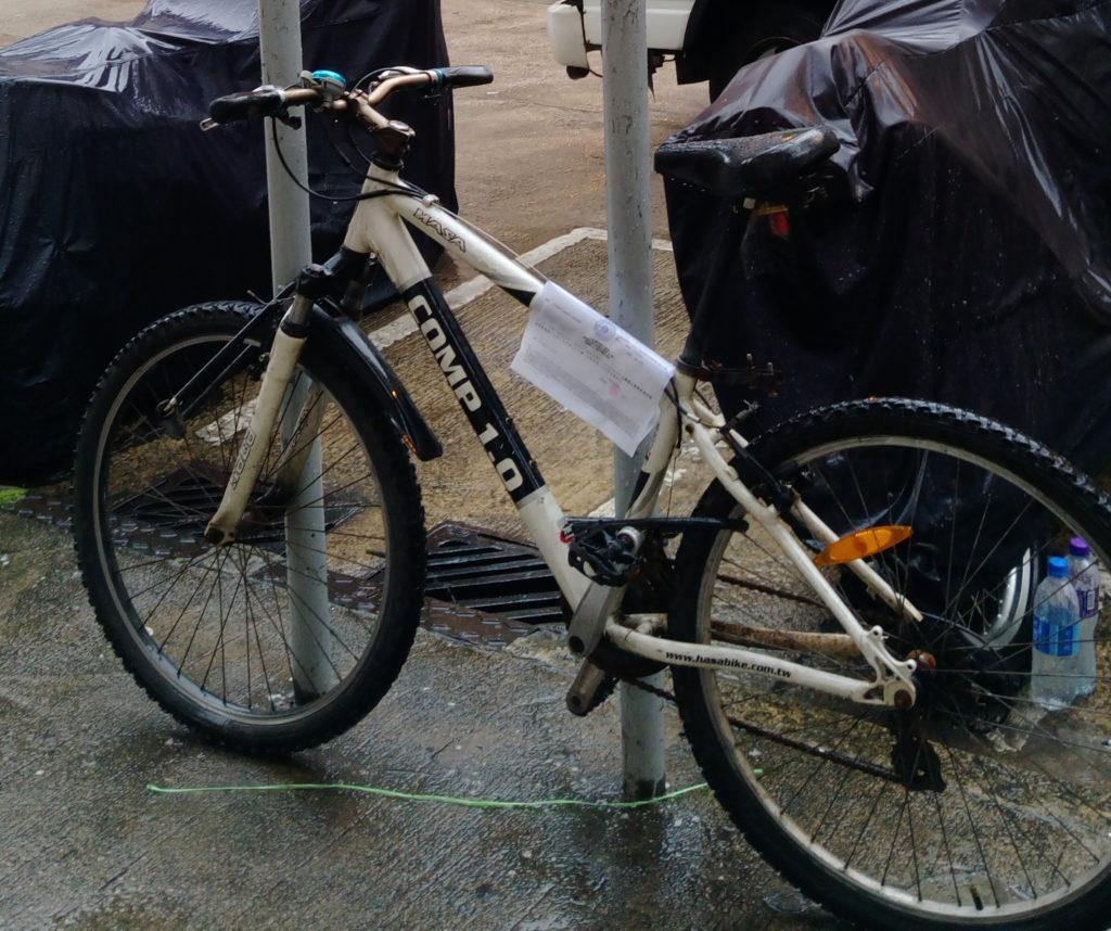 被「違泊」的單車,被貼上了告示。